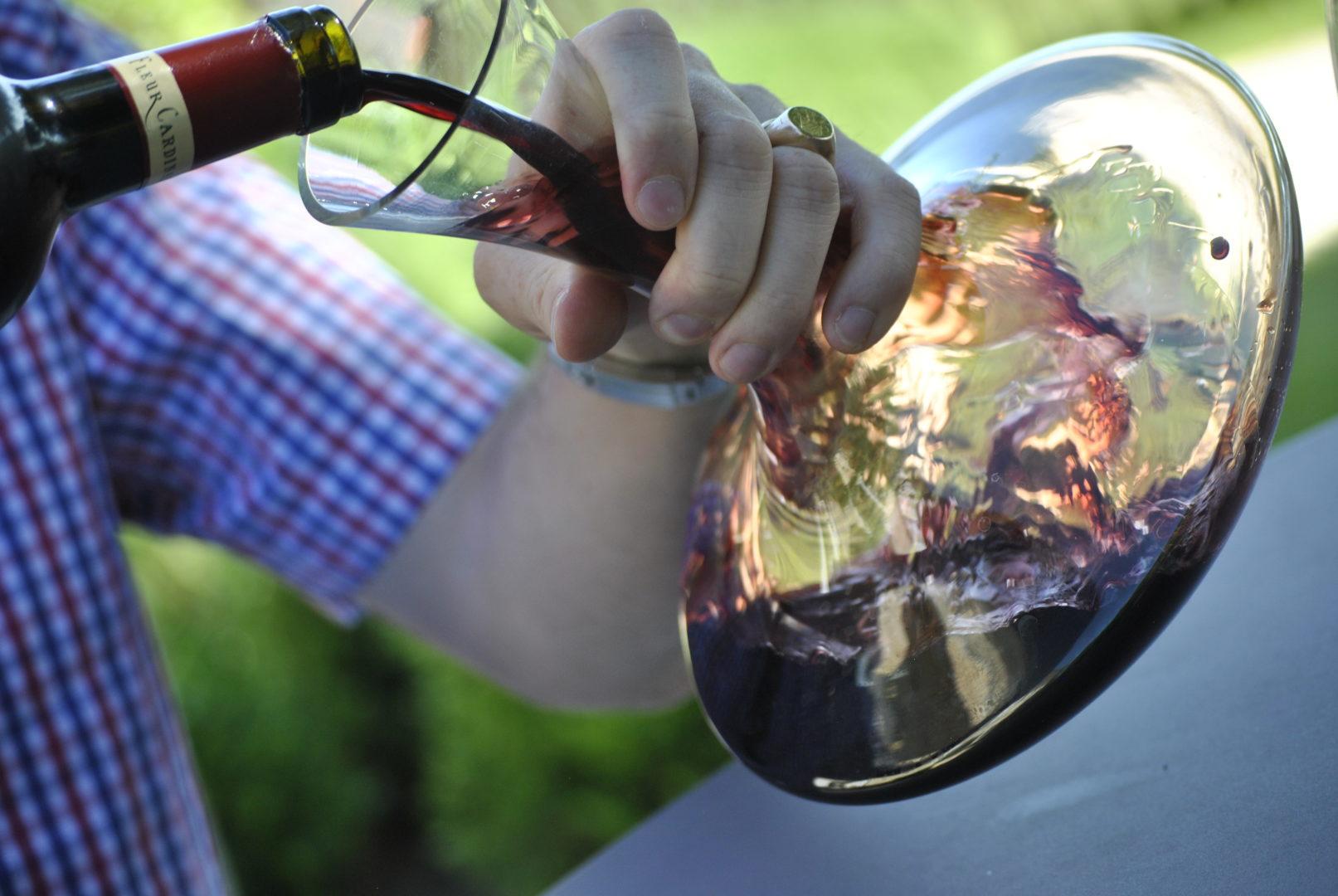 Ludovic carafant une bouteille de Château Fleur Cardinale - © M. Johnson