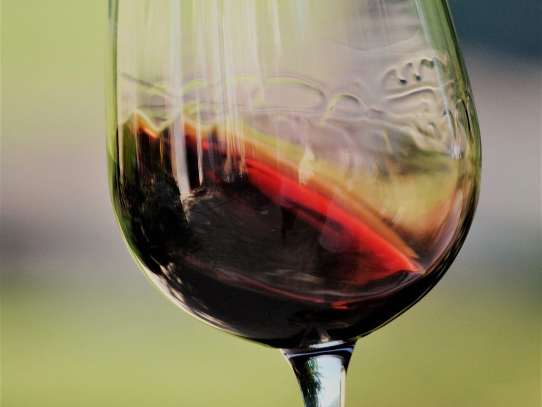 Un verre de Château Fleur Cardinale - © M. Johnson