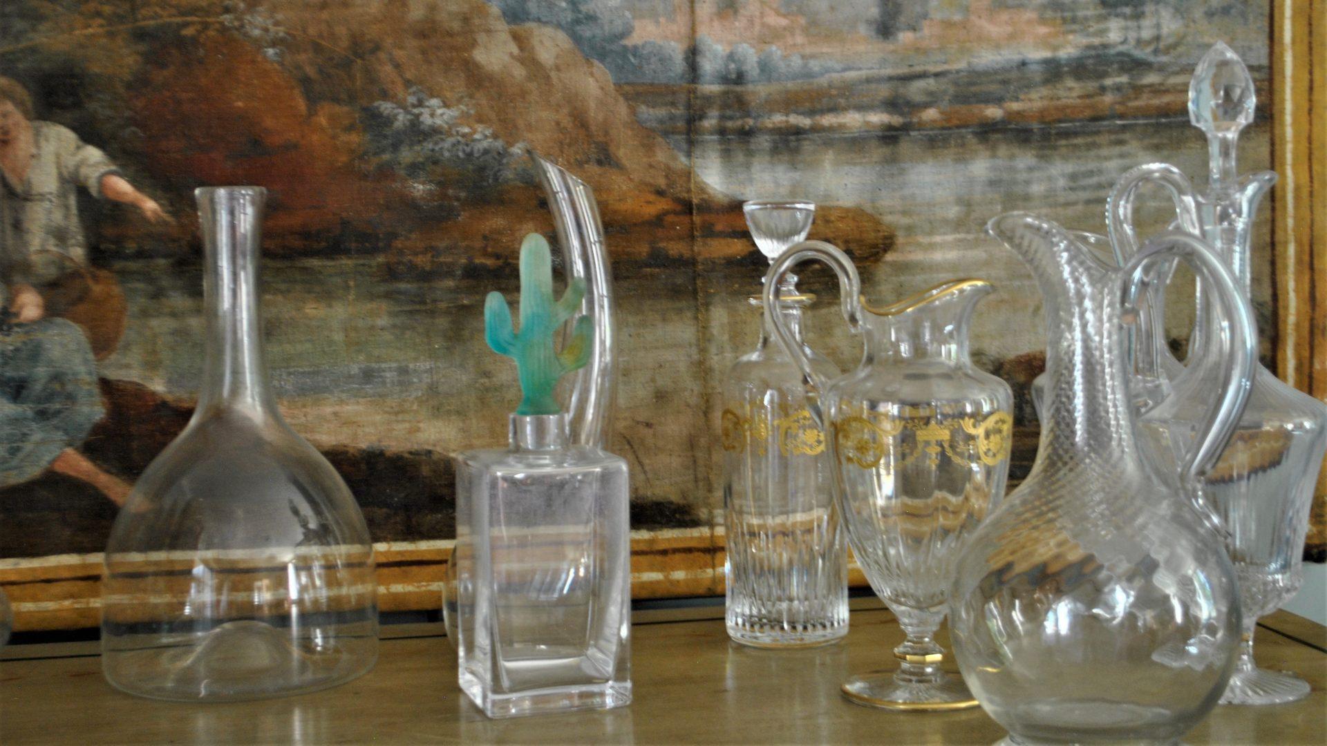 Collection de carafes au Château Fleur Cardinale - © M. Johnson