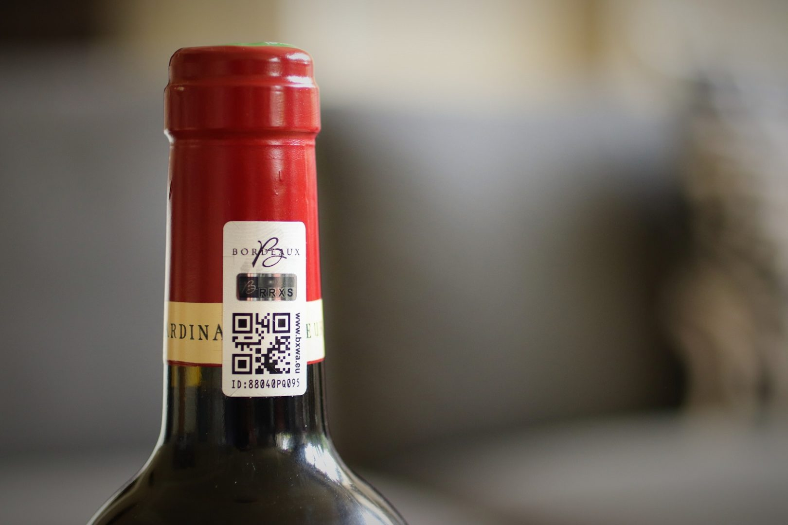 Scellé TESA VEOMARK® sur une bouteille de Château Fleur Cardinale - © C. Decoster, Château Fleur Cardinale